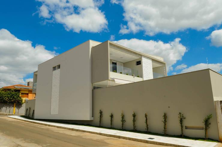 Residência AVS: Casas modernas por A/ZERO Arquitetura