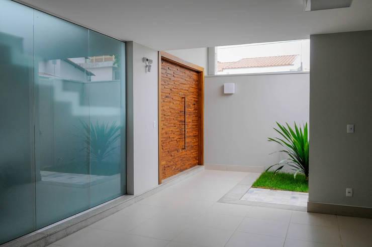 Pasillos y vestíbulos de estilo  por A/ZERO Arquitetura