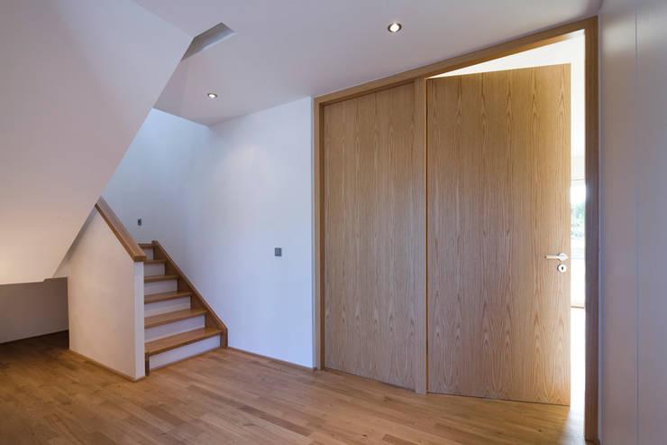 Corredores e halls de entrada  por puschmann architektur