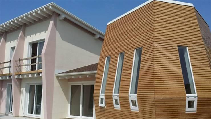 Edificio completato: sistema costruttivo X Lam: Case in stile  di WoodLab