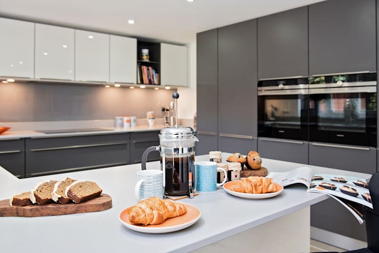 Mr & Mrs H, Kitchen, Byfleet Village, Surrey Modern kitchen by Raycross Interiors Modern