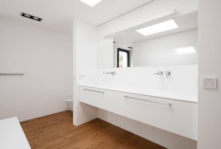 Bagno in stile in stile Moderno di Schiller Architektur BDA