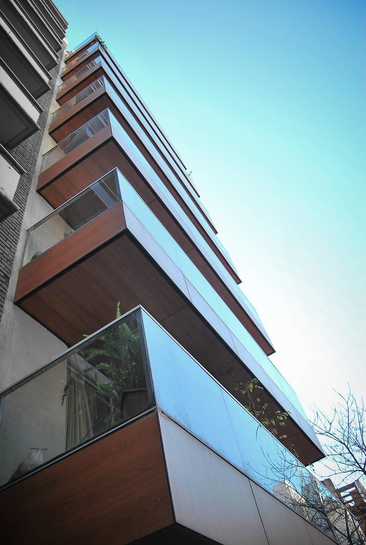 FOTO EXTERIOR DETALLE BALCON: Terrazas de estilo  por CCMP Arquitectura