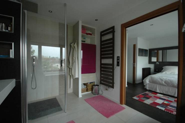Rénovation d'une salle de bain dans une suite parentale: Salle de bains de style  par Archicosy