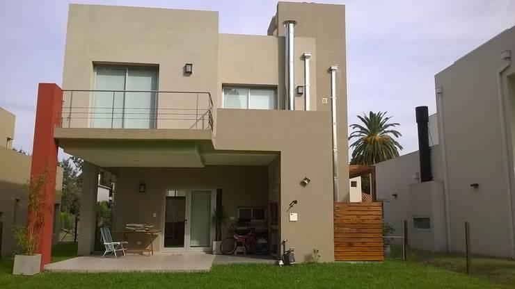 Casas de estilo moderno de Arq Andrea Mei   - C O M E I -