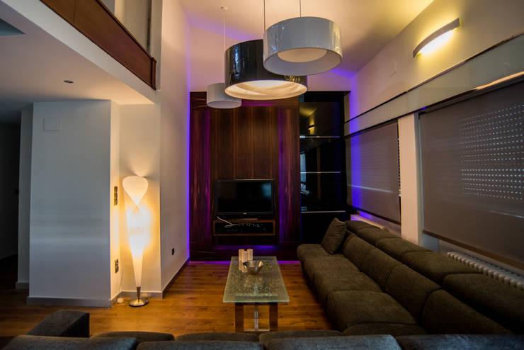 Ático Duplex, Reforma integral: Salones de estilo  de Molina Decoración