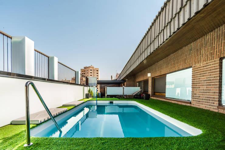 Ático Duplex, Reforma integral: Piscinas de estilo  de Molina Decoración