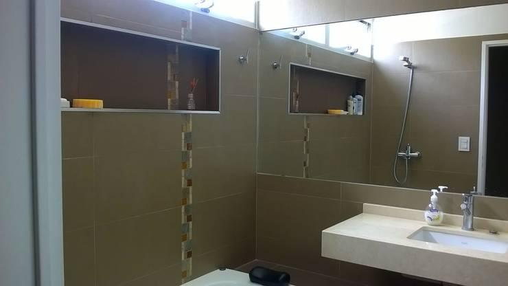 Baños de estilo moderno de Arq Andrea Mei   - C O M E I -