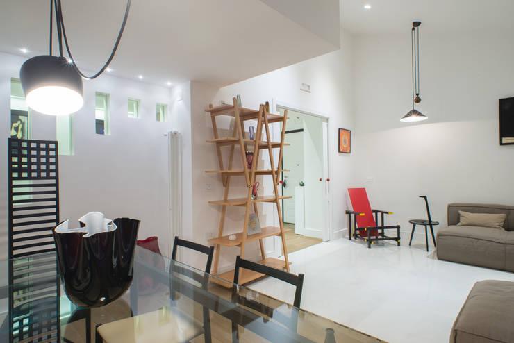 Un appartamento in centro: Sala da pranzo in stile in stile Moderno di Mario Ferrara