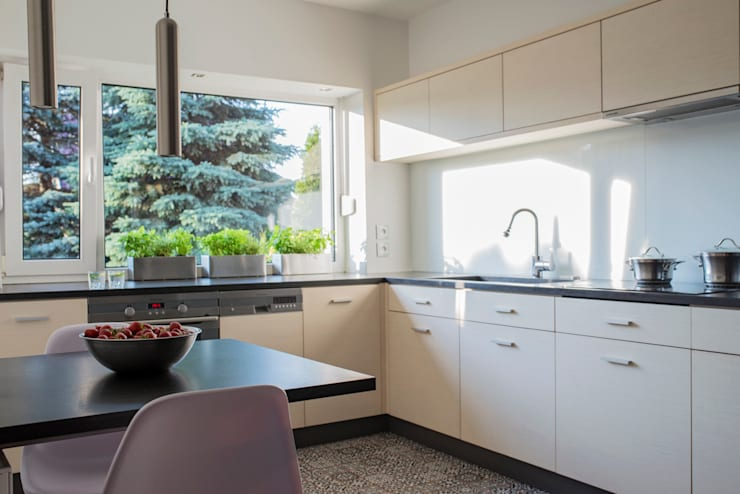 SŁONECZNA KUCHNIA: styl , w kategorii Kuchnia zaprojektowany przez Kokon Studio Karolina Alicja Prałat,Minimalistyczny Drewno O efekcie drewna