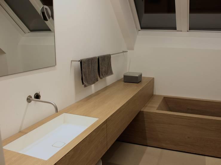 Bad und Badewanne in Eiche von Schreinerei Leim&Späne München | homify