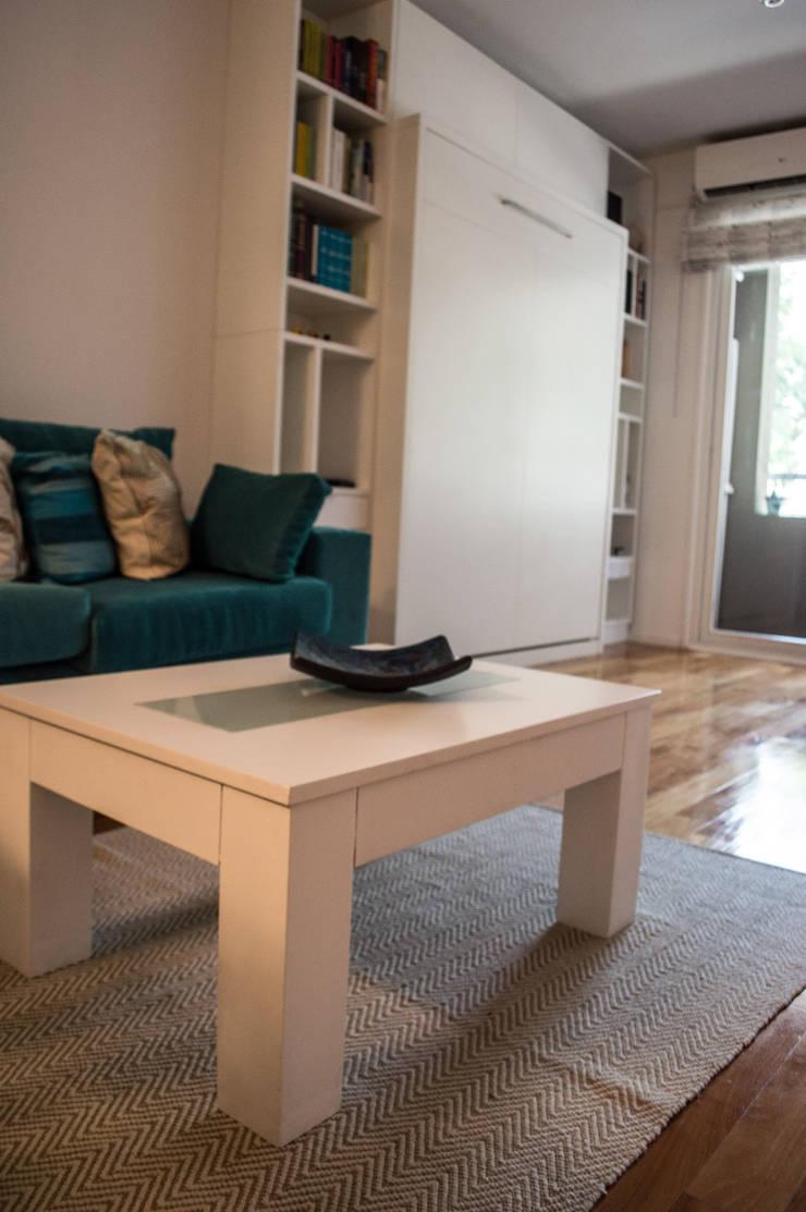 Cama rebatible+ biblioteca: Livings de estilo  por MINBAI