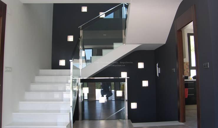 TRADITION: Pasillos y vestíbulos de estilo  de Estudio de Arquitectura e Interiorismo  José Sánchez Vélez. 653773806