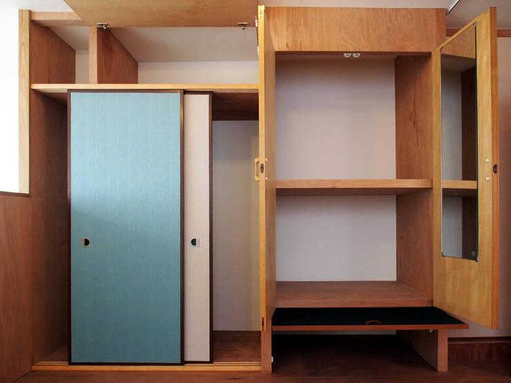 既存収納の扉を転用した収納: アトリエハコ建築設計事務所/atelier HAKO architectsが手掛けた書斎です。