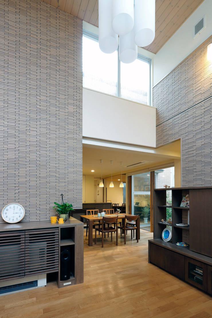 住宅密集地で陽光の恵みを受けるRC住宅|つばさの家: シーズ・アーキスタディオ建築設計室が手掛けたリビングです。
