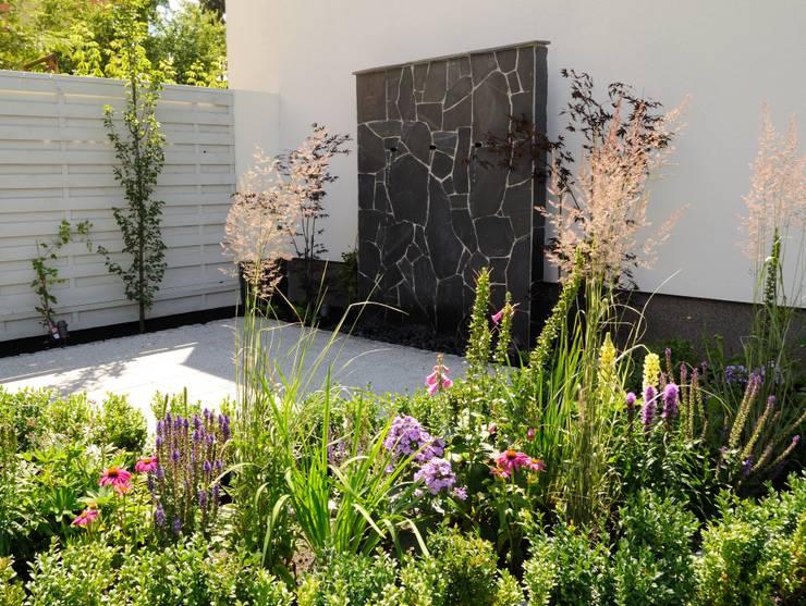 Ogród miejski z fontanną: styl , w kategorii  zaprojektowany przez Naturalnie - Studio Projektowe