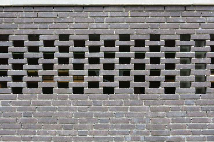 Diepengaerde  Valkenburg Lb:  Garage/schuur door DI-vers architecten - BNA