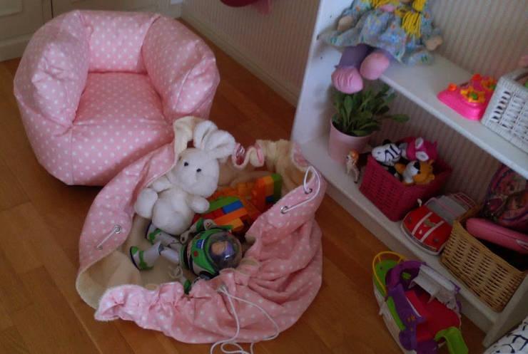 Conjunto puff e saco de arrumação: Quarto de crianças  por Textilpuff