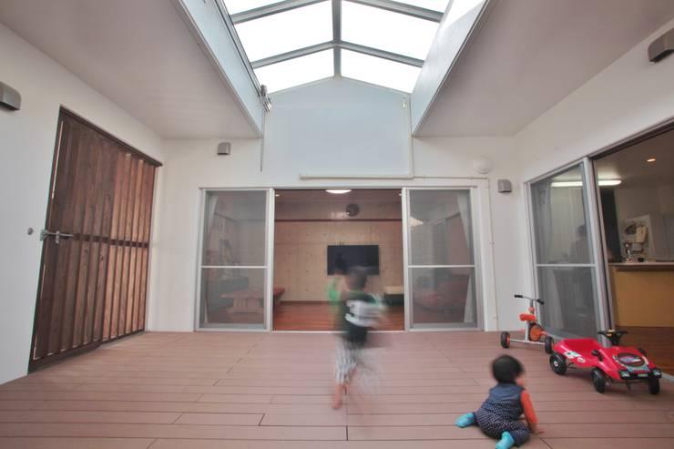 Hiên, sân thượng phong cách hiện đại bởi (株)スペースデザイン設計(一級建築士事務所) Hiện đại Gỗ Wood effect