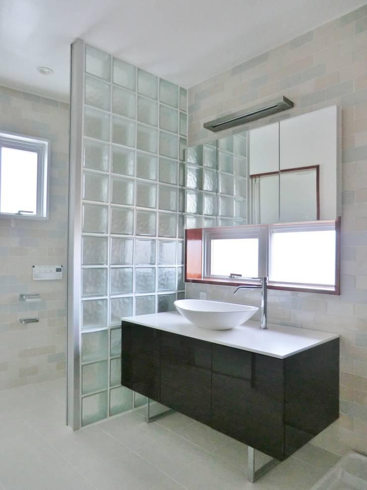 Phòng thay đồ phong cách hiện đại bởi (株)スペースデザイン設計(一級建築士事務所) Hiện đại