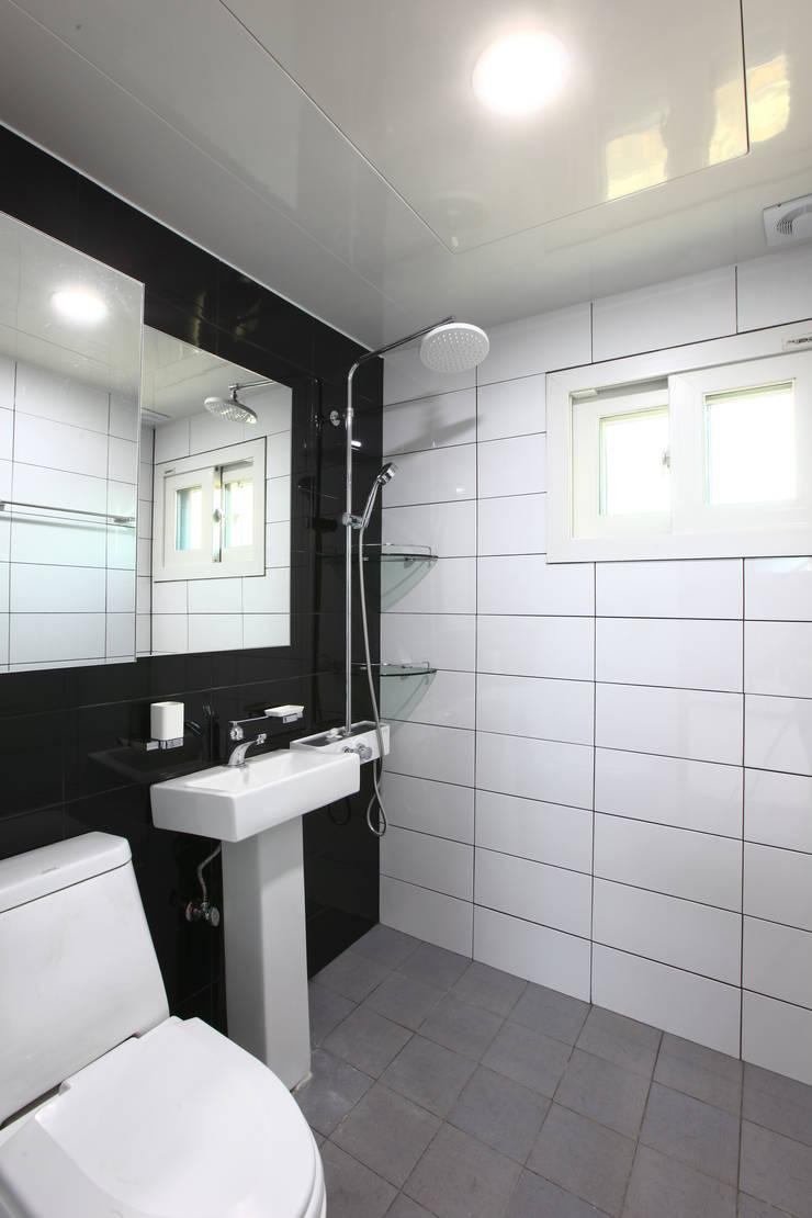 전원주택으로도 손색없는 다가구주택 [경기도 성남 시흥]: 한글주택(주)의  욕실,