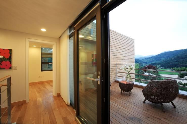 Pasillos y recibidores de estilo  por 한글주택(주)