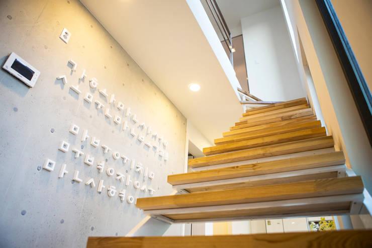 Salas de estar modernas por 한글주택(주)