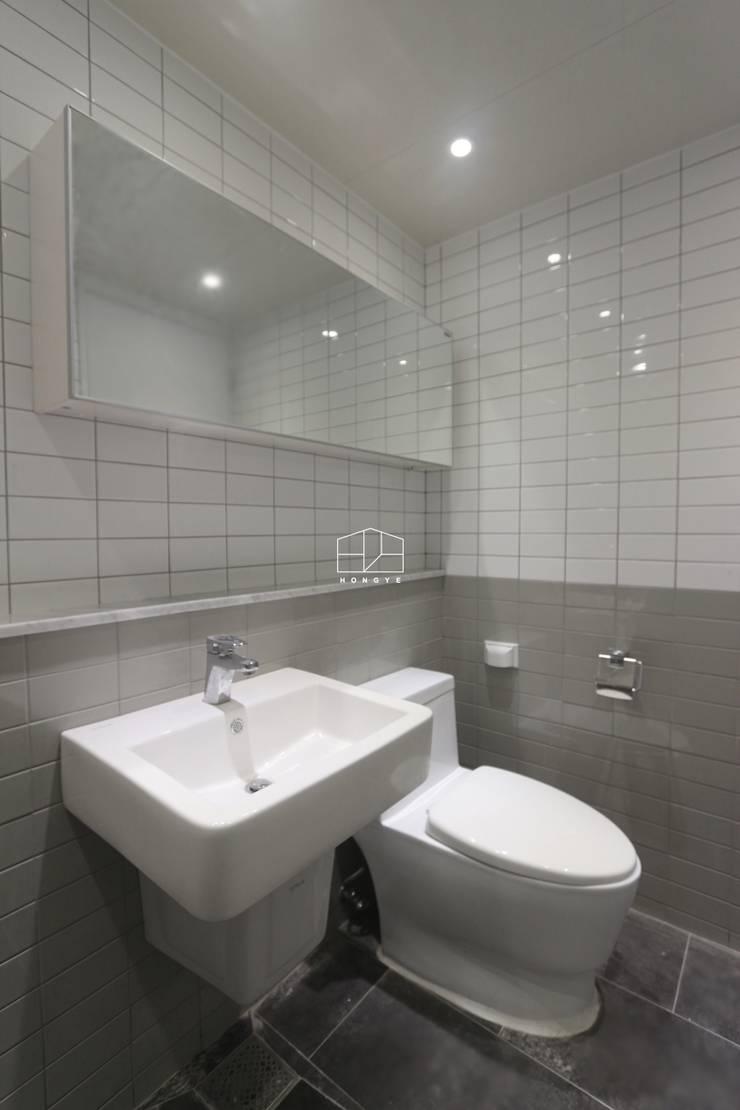따뜻하고 내추럴한 무드의 32py 아파트 인테리어: 홍예디자인의  욕실,모던