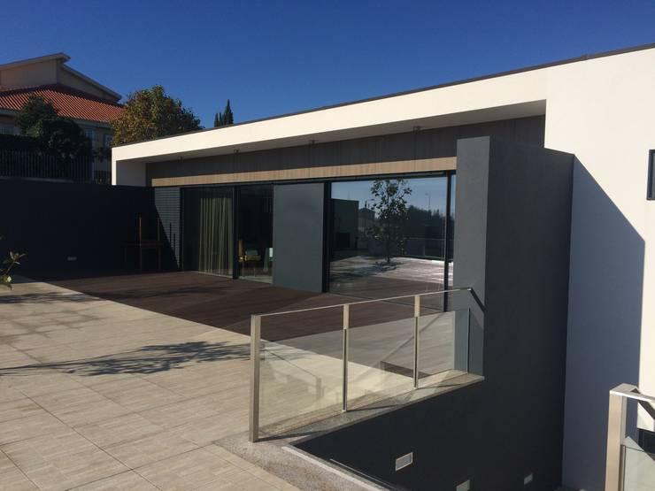 Casa CS: Casas  por BLK-Porto Arquitectura