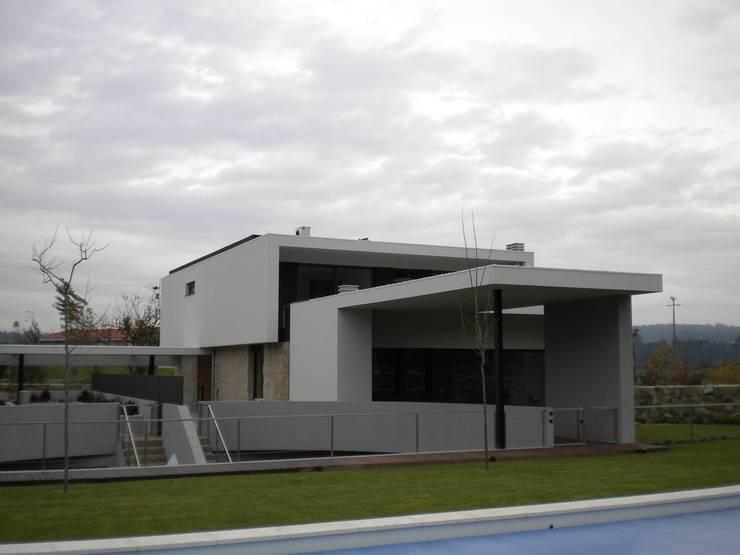 Casa AF: Casas  por BLK-Porto Arquitectura