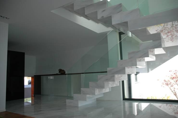 Casa AF: Corredores e halls de entrada  por BLK-Porto Arquitectura