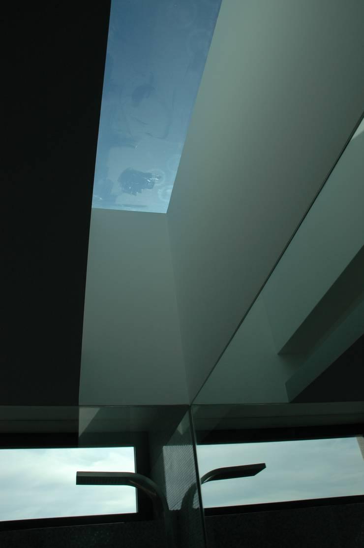 Casa AF: Casas de banho  por BLK-Porto Arquitectura