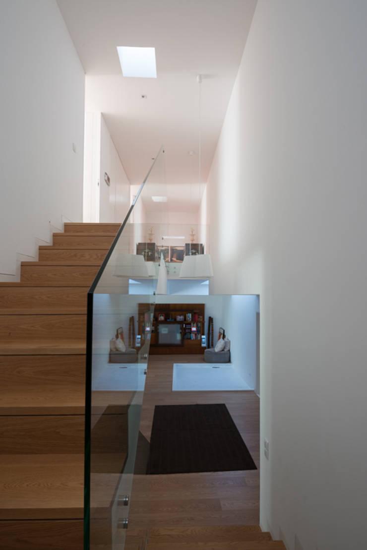 Casa MR: Corredores e halls de entrada  por BLK-Porto Arquitectura