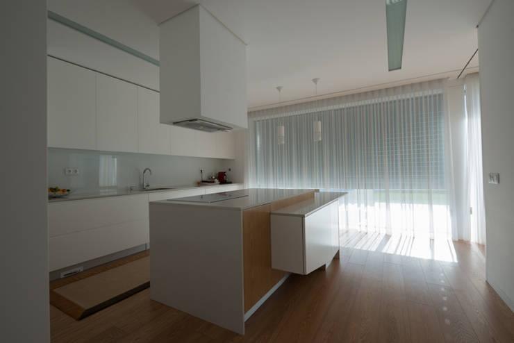 Casa MR: Cozinhas  por BLK-Porto Arquitectura