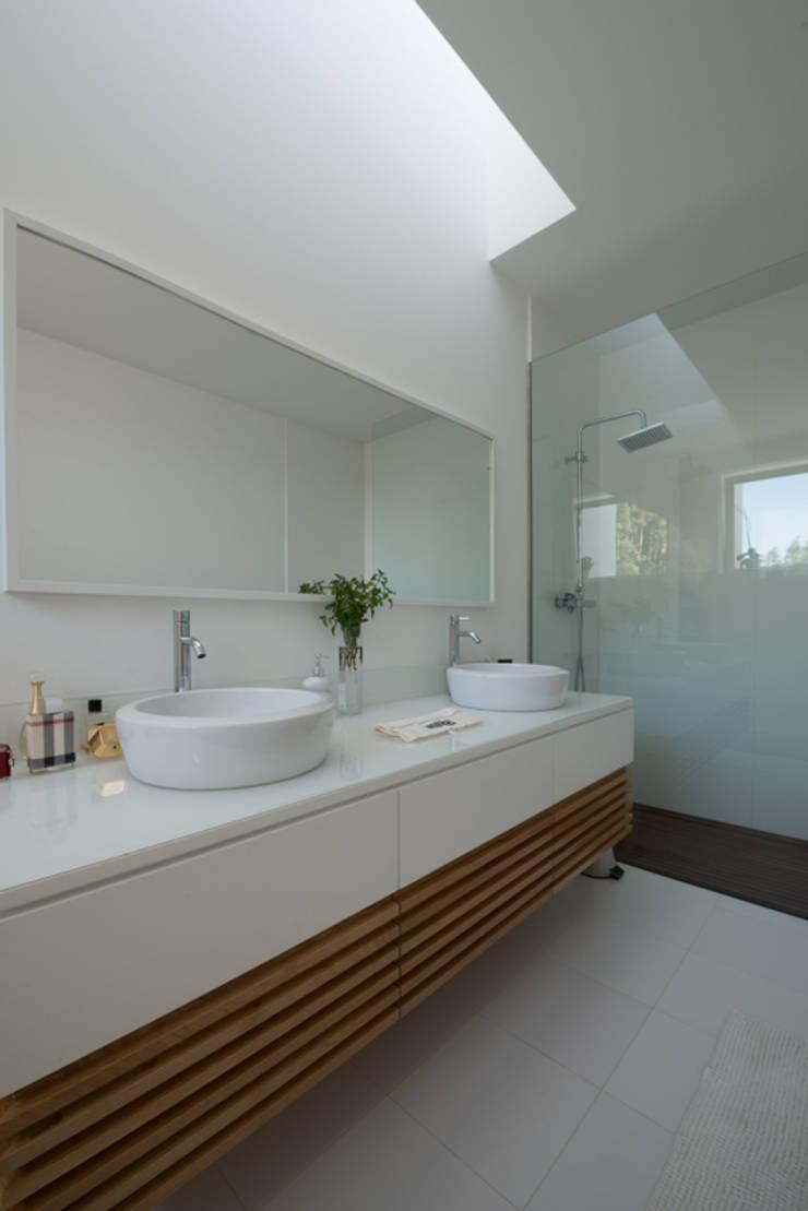 Casa MR: Casas de banho  por BLK-Porto Arquitectura