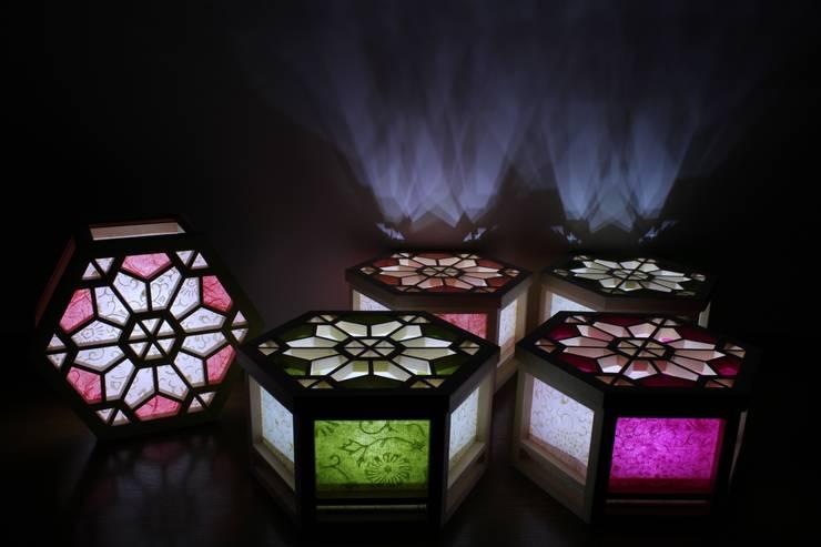 OMOTENASHI SELECTION2016『光箱』が受賞  伝統の技術「組子細工」「京からかみ」と現代の技術「乾電池式Led」が融合した光と影が美しい照明: 有限会社種村建具木工所が手掛けたです。