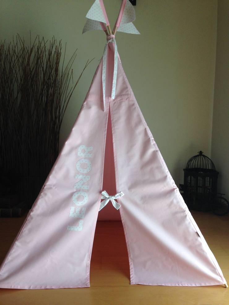 Tenda rosa com nome e bandeiras: Quarto de crianças  por Trapinho