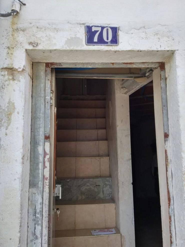 Entrada do prédio - Antes:   por Alma Prima Construções,Lda.