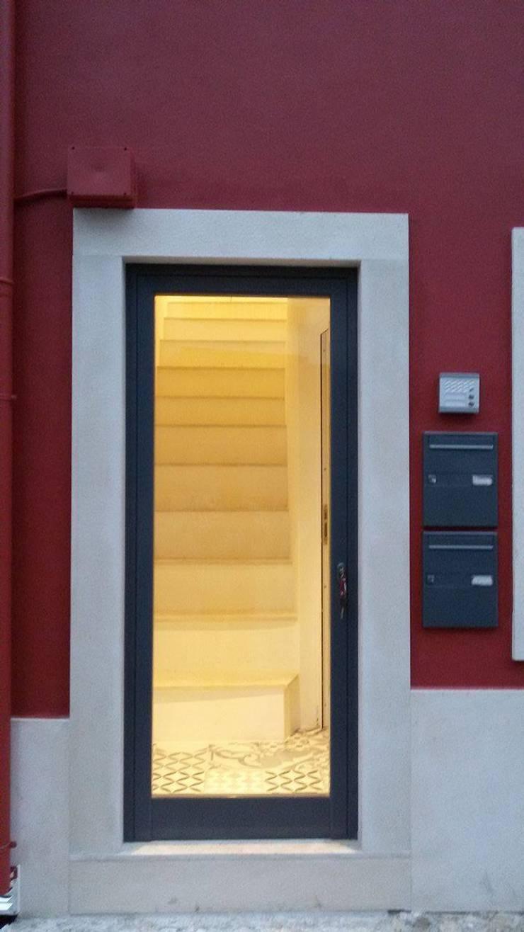 Entrada do prédio - Depois:   por Alma Prima Construções,Lda.