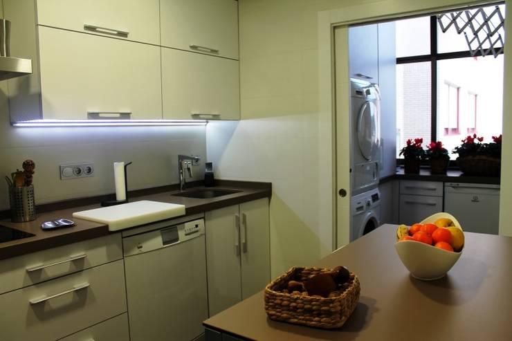 Diseño y reforma integral de piso.: Cocinas de estilo  de COINA