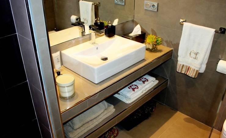 Diseño y reforma integral de piso.: Baños de estilo  de COINA