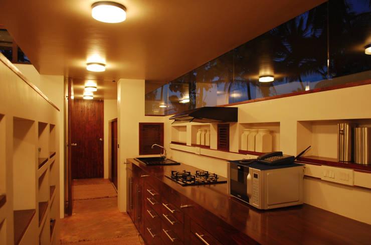 Kitchen looking towards guest bathroom:  Kitchen by GDKdesigns