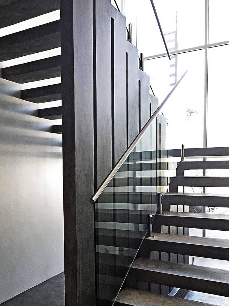 Pasillos y vestíbulos de estilo  de ZUM ARQUITECTURA , Moderno