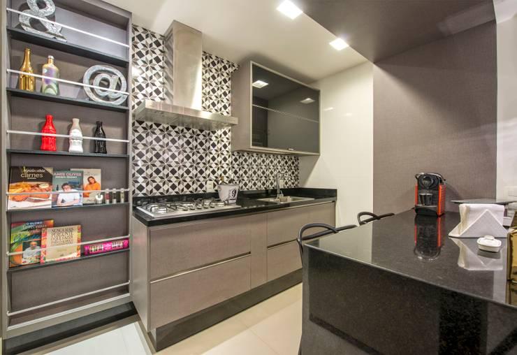 Kitchen by EMMILIA CARDOSO DESIGNERS ASSOCIADOS