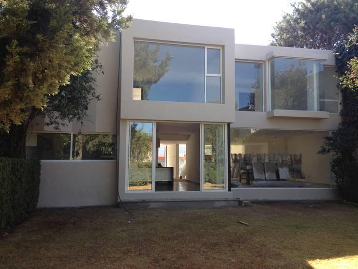 FACHADA TRASERA DESPUES DE REMODELACION: Casas de estilo  por Alejandra Zavala P.