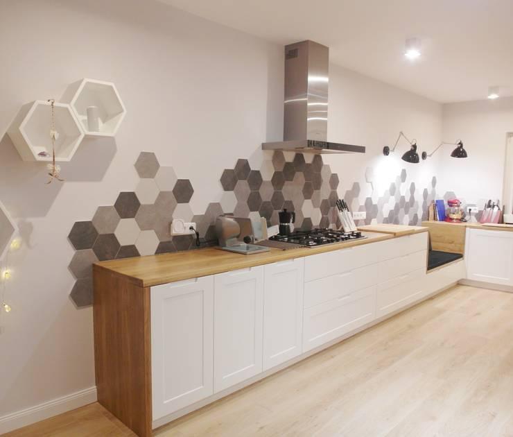 jesienna: styl , w kategorii Kuchnia zaprojektowany przez NaNovo ,Nowoczesny Lite drewno Wielokolorowy