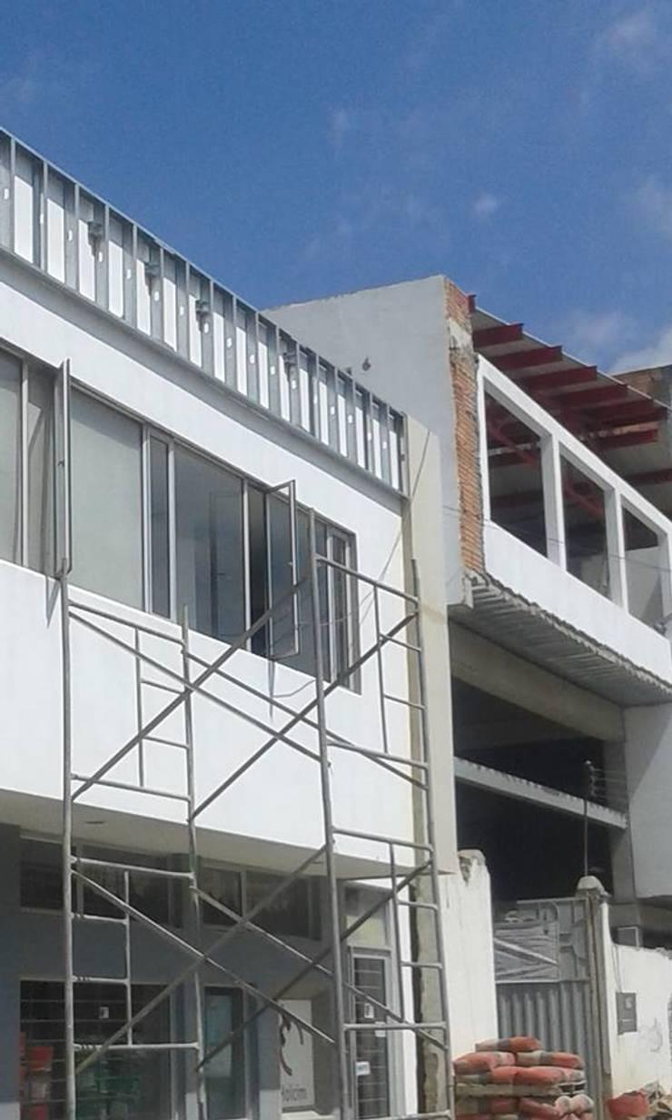 Inicio Fachada:  de estilo  por Construfacil/Drywall  SAS
