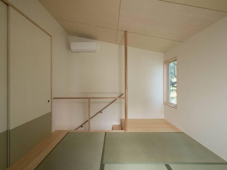 南棟2階の和室: 株式会社エキップが手掛けた寝室です。
