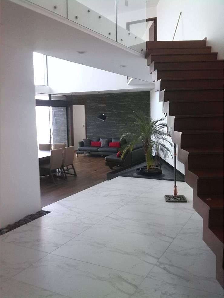K HOUSE : Salas de estilo  por ORTHER Architects