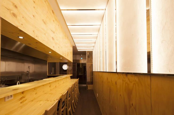 JAPAN NAKANO RAMEN (하남본점): 2wavestudio (투웨이브스튜디오)의  상업 공간